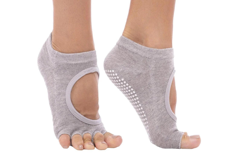noski-dlya-jogi-samantha-wd-rao-socks-light-grey-1541×1080